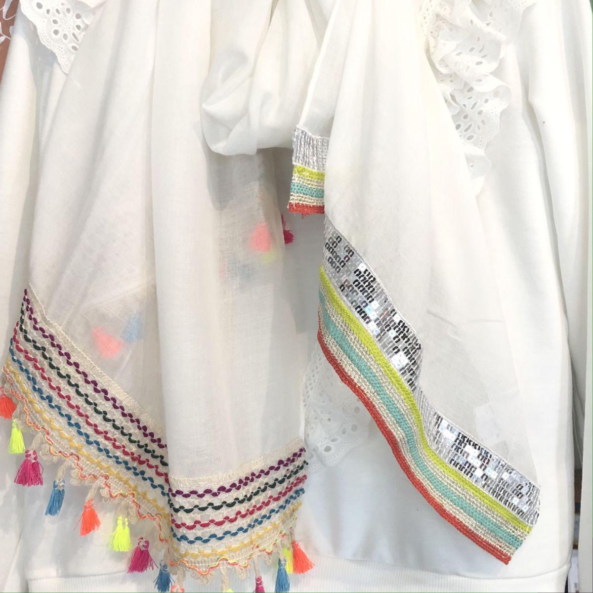 Foulard blanc à pompons bordures colorées by Destele