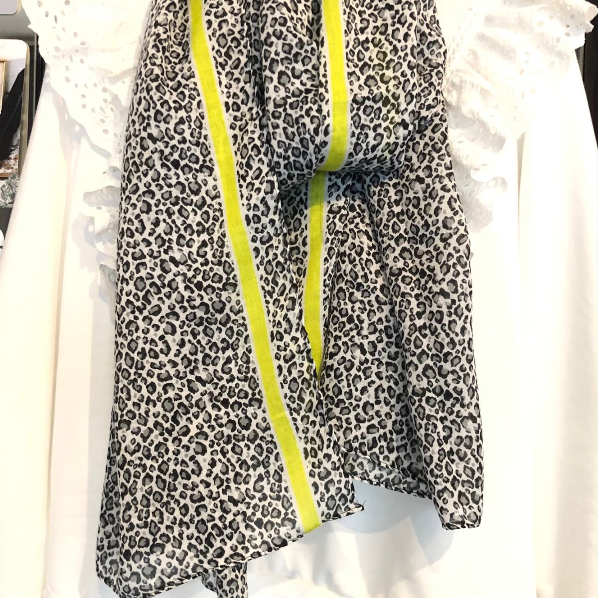 Foulard léopard bordures jaune fluo by Destele