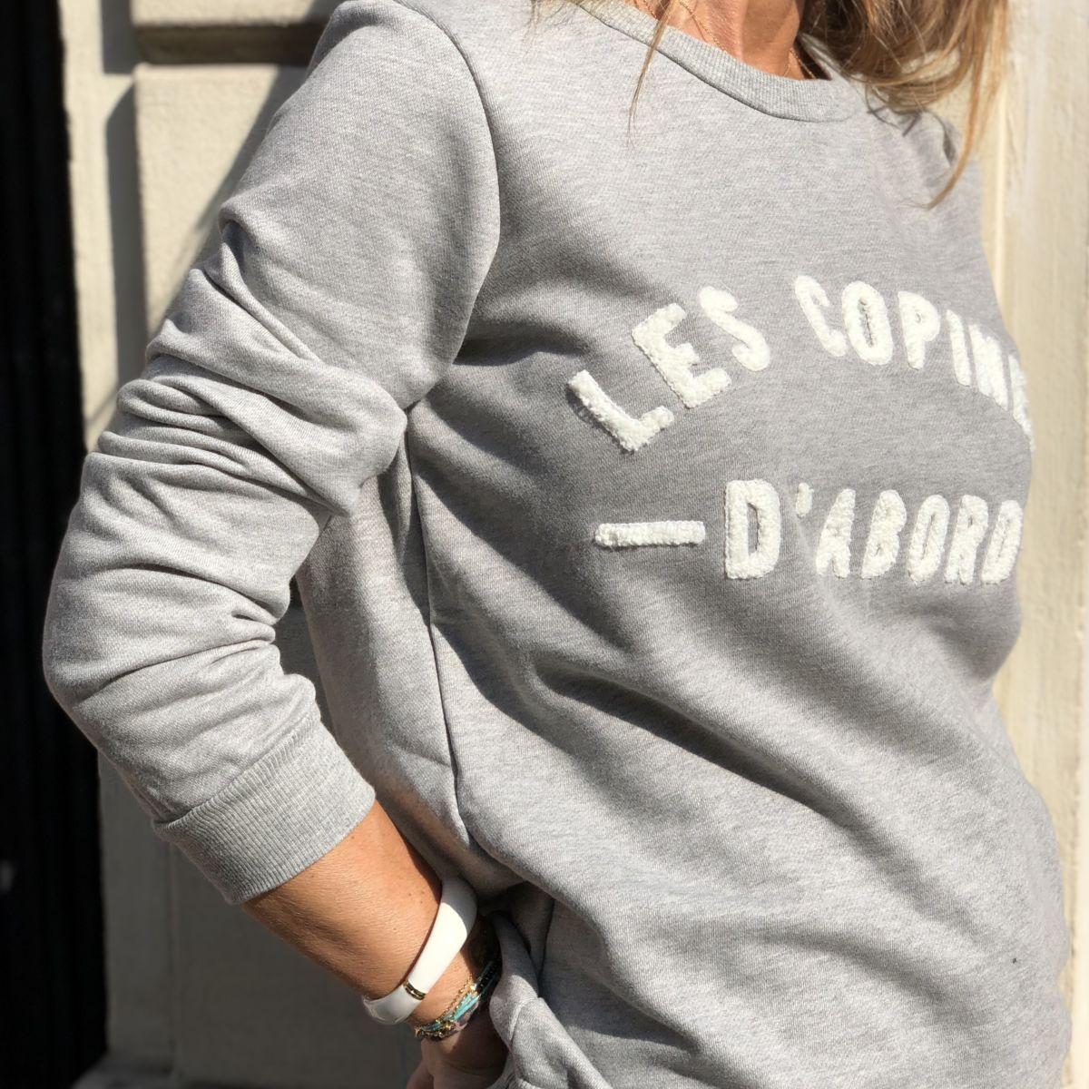 Sweat gris message les copines d'abord blanc col rond by Destele