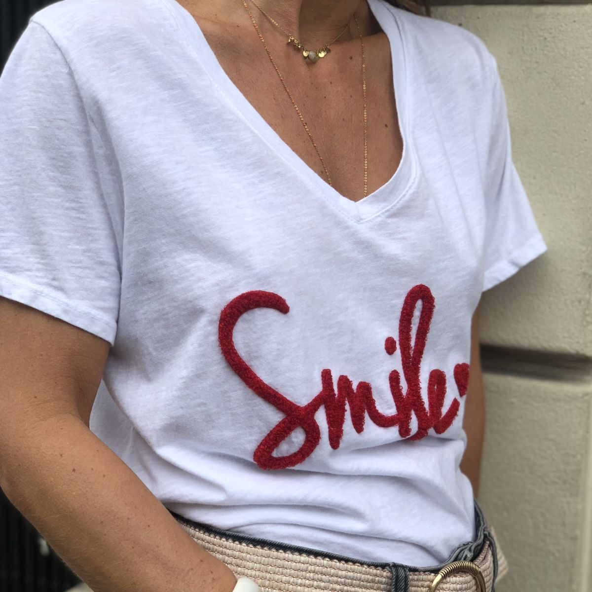 Tee shirt blanc message smile rouge col V manches courtes by Destele