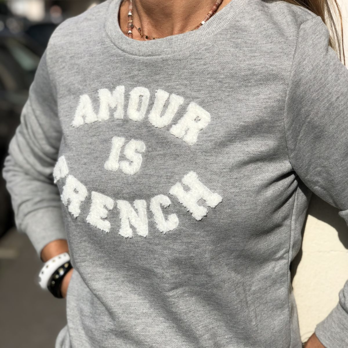 By Destele sweat gris message amour is french blanc col rond
