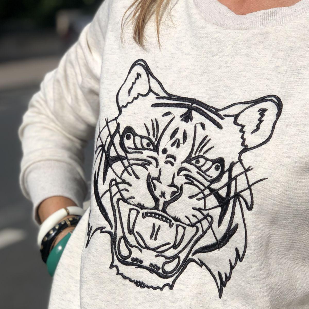 By Destele sweat beige chiné tête de tigre surpiqûre noire col rond